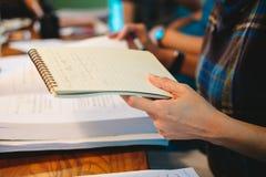 leitura da mulher de negócio algo no papel do caderno quando consulte imagens de stock royalty free