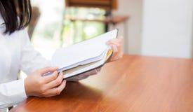 Leitura da mulher de negócio do close up no caderno na tabela Imagens de Stock Royalty Free
