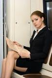 Leitura da mulher de negócios fotografia de stock royalty free