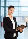 Leitura da mulher de negócios imagens de stock