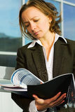 Leitura da mulher de negócios relatórios. Fotografia de Stock Royalty Free
