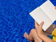Leitura da mulher e relaxamento Imagem de Stock