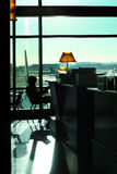 Leitura da mulher no aeroporto Fotos de Stock Royalty Free