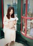 Leitura da mulher no mercado brilhantemente iluminado fotos de stock