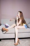 Leitura da mulher no sofá Imagem de Stock Royalty Free