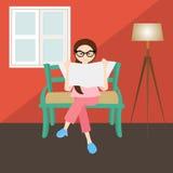 Leitura da mulher nos vidros de janela de canto da casa da casa da sala de visitas Fotografia de Stock
