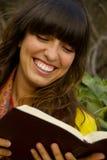 Leitura da mulher nova de Beuatiful Imagem de Stock Royalty Free