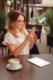 Leitura da mulher ou datilografia no telefone celular foto de stock