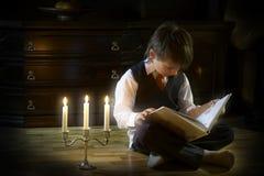 Leitura da noite Imagem de Stock Royalty Free