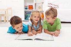 Leitura da prática dos miúdos e dizer de história Fotografia de Stock