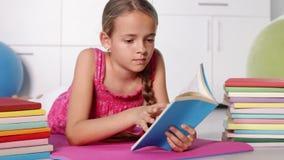 Leitura da rapariga no assoalho video estoque