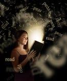 Leitura das mulheres Fotos de Stock Royalty Free