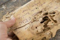 A leitura das páginas dos originais, das letras de séculos passados ou dos manuscritos de papel em língua desconhecida, estragou  imagem de stock