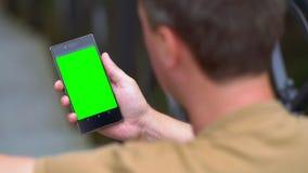 Leitura de assento do homem em um telefone celular video estoque