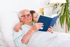 Leitura de Farytale das horas de dormir Foto de Stock Royalty Free
