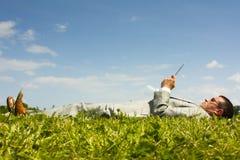 Leitura de relaxamento Fotografia de Stock