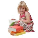 Leitura de sorriso da menina dos anos de idade 4 Foto de Stock Royalty Free