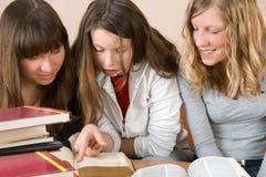 Leitura de três meninas Fotografia de Stock