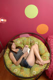 Leitura do adolescente Imagens de Stock Royalty Free