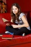 Leitura do adolescente em casa Foto de Stock