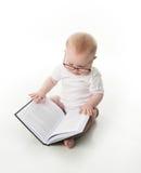 Leitura do bebê com vidros imagem de stock royalty free