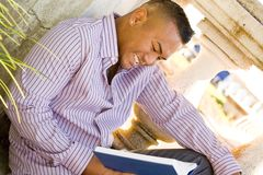 Leitura do homem ao ar livre Imagens de Stock Royalty Free