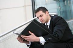 Leitura do homem de negócio Fotografia de Stock Royalty Free
