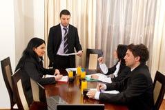 Leitura do homem de negócio na reunião Imagens de Stock