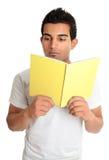 Leitura do homem de um livro fotografia de stock royalty free
