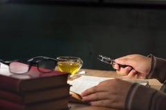 Leitura do homem e livro da pesquisa imagens de stock royalty free