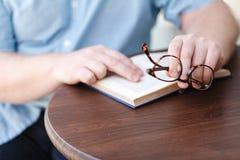Leitura do homem Livro em suas mãos Imagens de Stock Royalty Free
