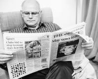 Leitura do homem superior na imprensa do Reino Unido do Times da sala de visitas sobre Brexit fotos de stock