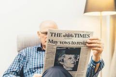 Leitura do homem superior na imprensa do Reino Unido do Times da sala de visitas sobre Brexit imagens de stock royalty free