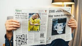 Leitura do homem superior na imprensa do Reino Unido do Times da sala de visitas sobre Brexit imagem de stock