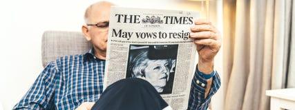 Leitura do homem superior na imprensa do Reino Unido do Times da sala de visitas sobre Brexit fotografia de stock royalty free