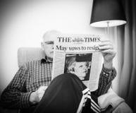 Leitura do homem superior na imprensa do Reino Unido do Times da sala de visitas sobre Brexit fotos de stock royalty free