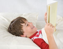Leitura do menino foto de stock royalty free