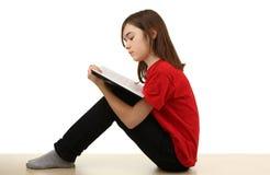 Leitura do miúdo em casa Imagem de Stock