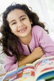 Leitura do Oriente Médio da menina imagem de stock
