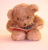Leitura do urso do paizinho Foto de Stock