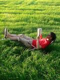 Leitura do verão no gramado imagens de stock royalty free
