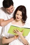 Leitura dos pares junto. Fotos de Stock Royalty Free