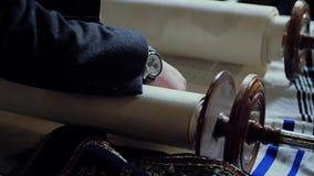 Leitura dos rolos com o Torah filme