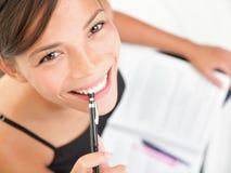 Leitura e estudo do estudante universitário Imagens de Stock Royalty Free