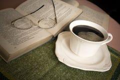 Leitura e tempo do café Imagens de Stock