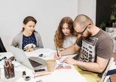 Leitura e treinamento no escritório da caligrafia para um grupo de pessoas Imagem de Stock