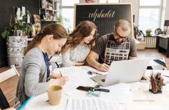 Leitura e treinamento no escritório da caligrafia para um grupo de pessoas Fotos de Stock Royalty Free