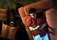 Leitura em casa Fotografia de Stock Royalty Free