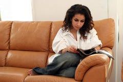 Leitura em casa foto de stock royalty free
