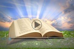 Leitura em linha da Bíblia Fotografia de Stock